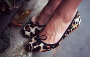 chaussures-robe-noire-ballerines-leopard
