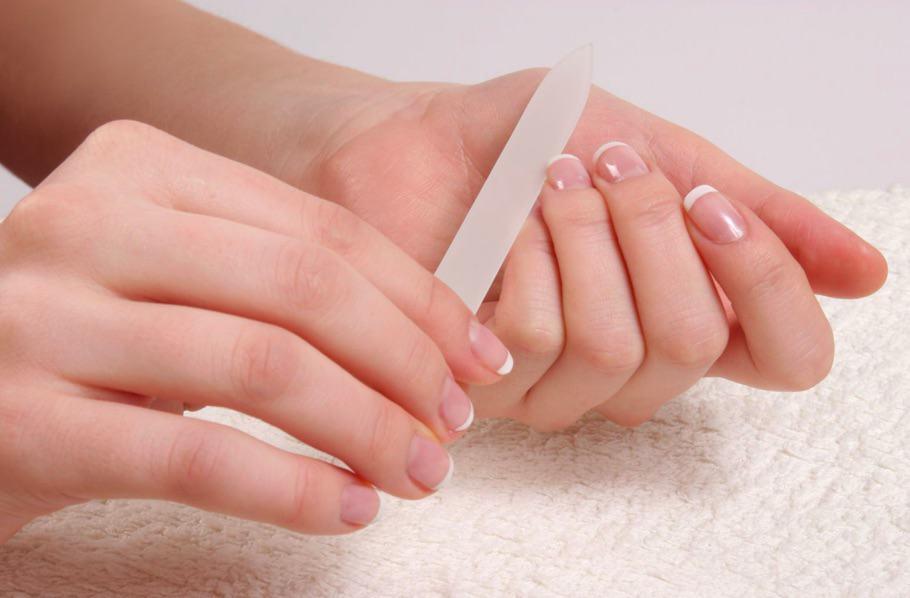 Les ongles sécartent à bras de la peau à bras le traitement