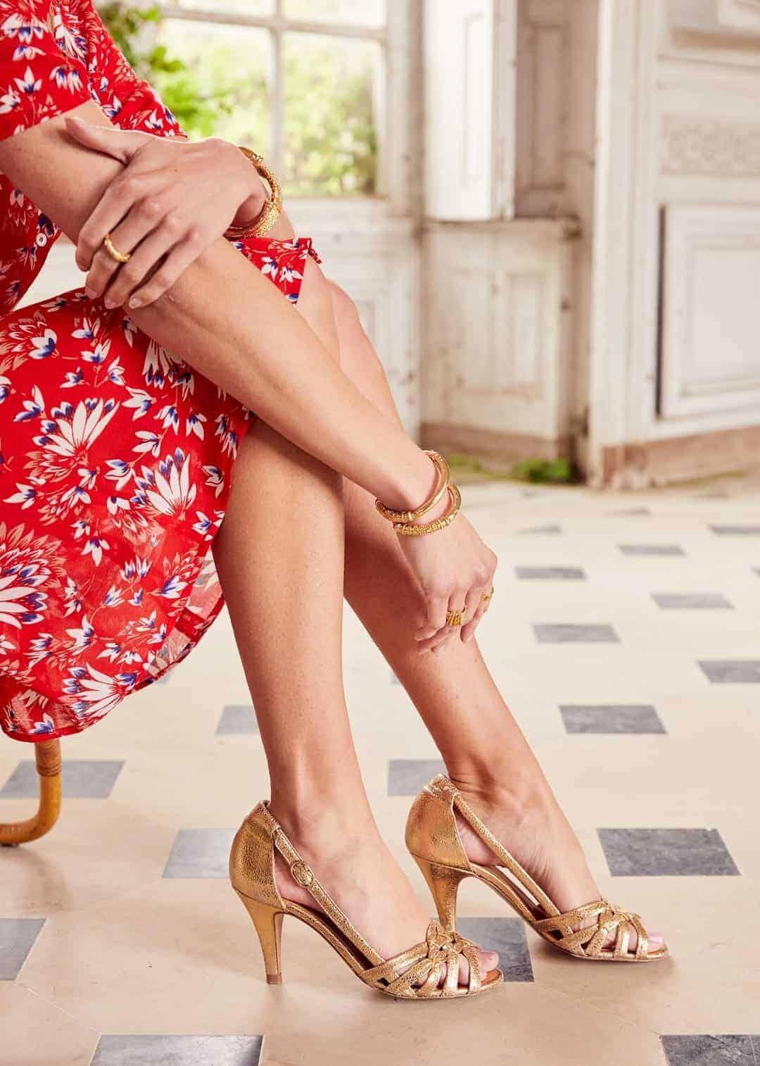 comment porter des escarpins dorés, avec quoi porter des baskets dorées, quoi porter avec une robe dorée, quelle couleur avec le doré, robe dorée quelle chaussure, accessoires robe doree, chaussures pour robe dorée, la couleur qui va avec le dore