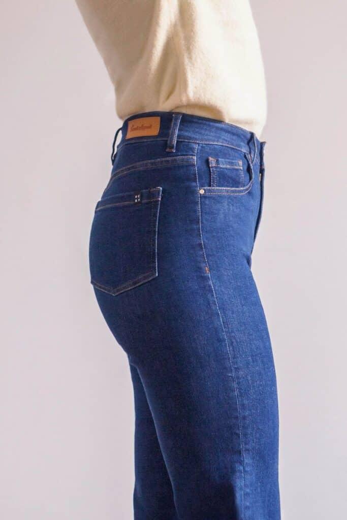 Marque jean éthique French Appeal, jean droit bleu vu de côté