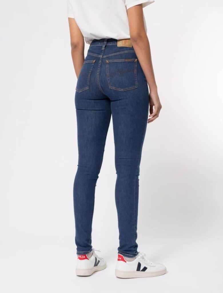 Marque jean éthique Nudie Jeans, jean slim bleu foncé vu de dos