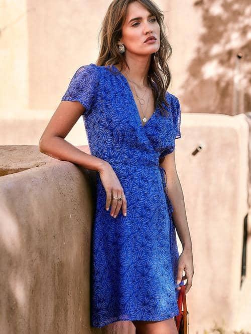 comment porter la robe portefeuille courte bleue