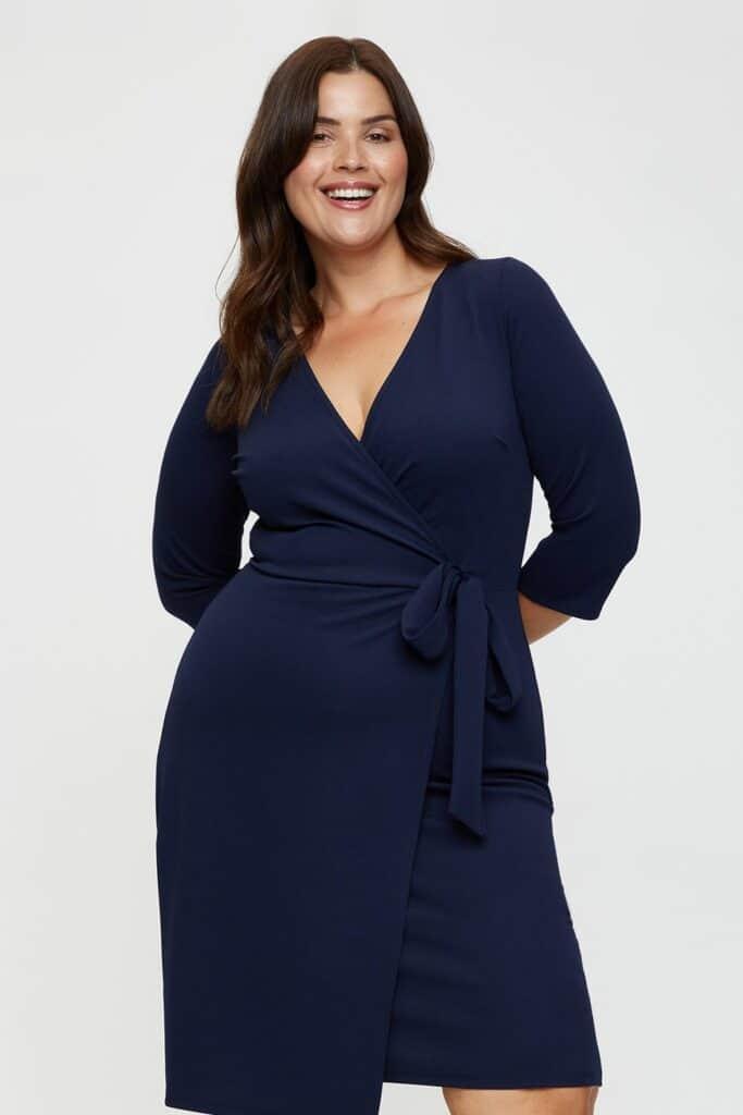 comment porter la robe portefeuille grande taille femme